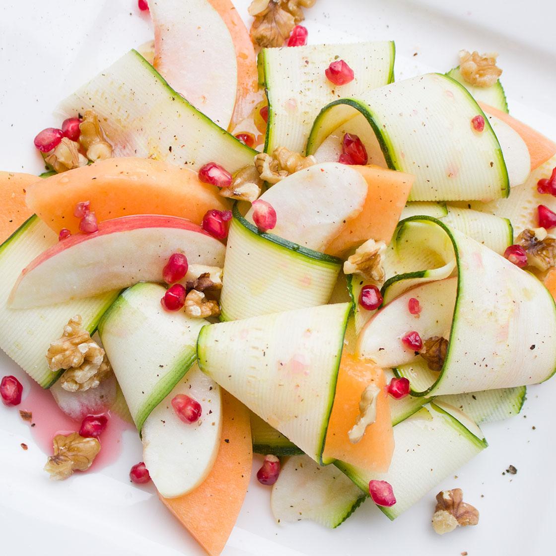 Nastri di zucchina con melone, noci e melograno.
