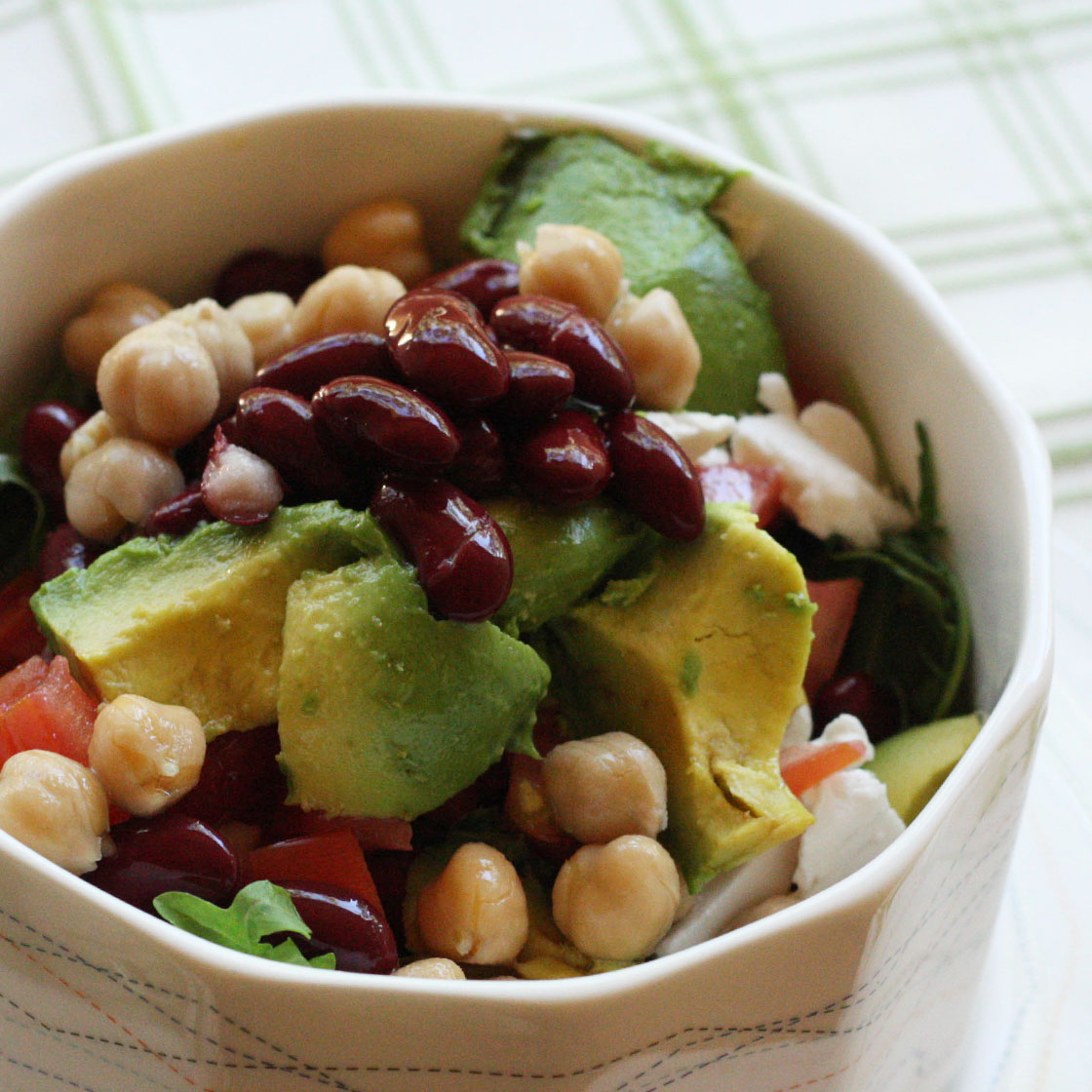 Legumi in insalata con avocado e cipolla.