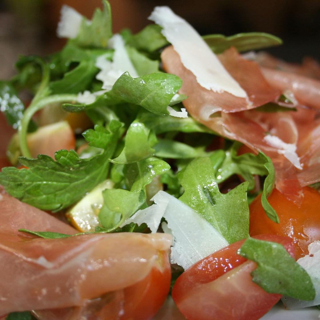 Insalata misticanza, pomodori, speck e ricotta salata