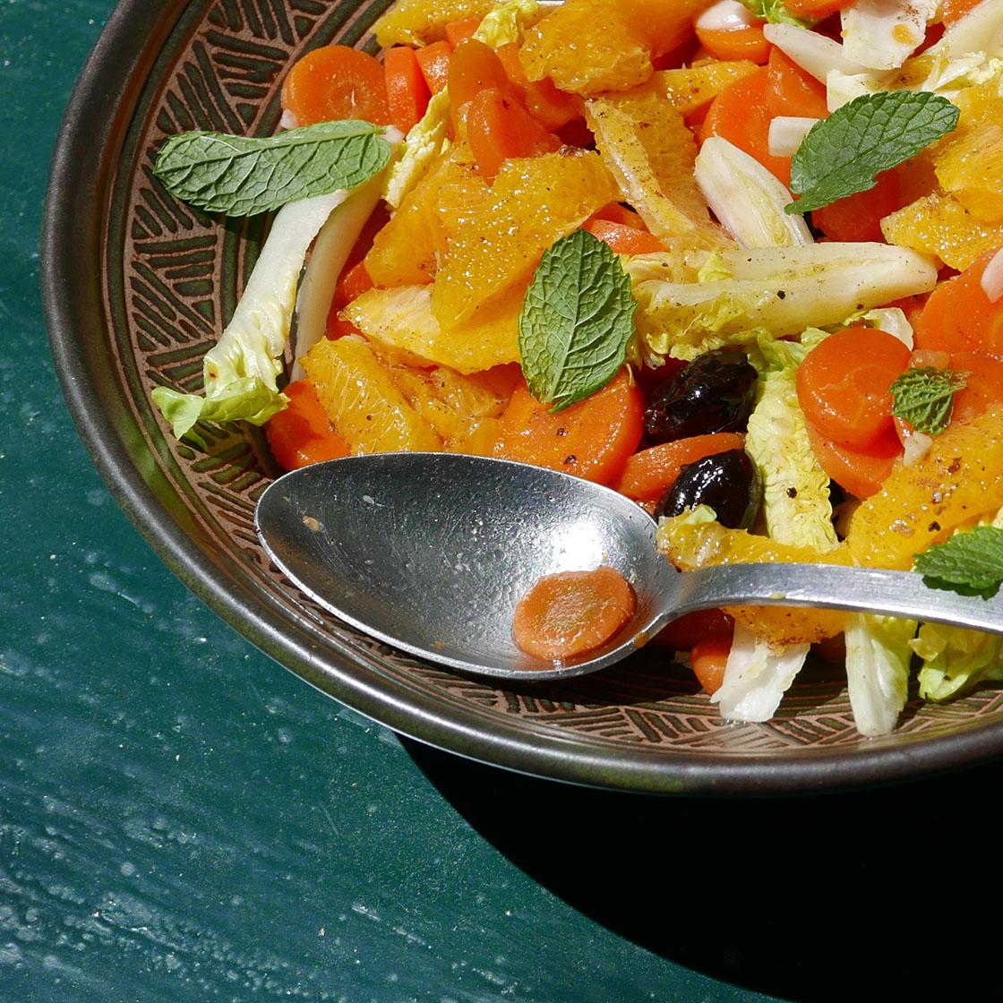 Insalata di lattuga, carote lesse, arancia, olive e menta