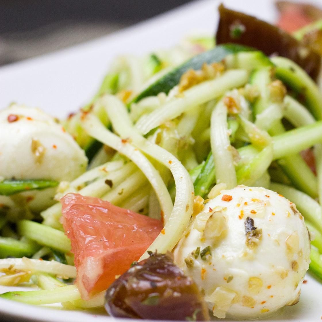 Spaghetti di zucchine con mozzarelline ed olive.