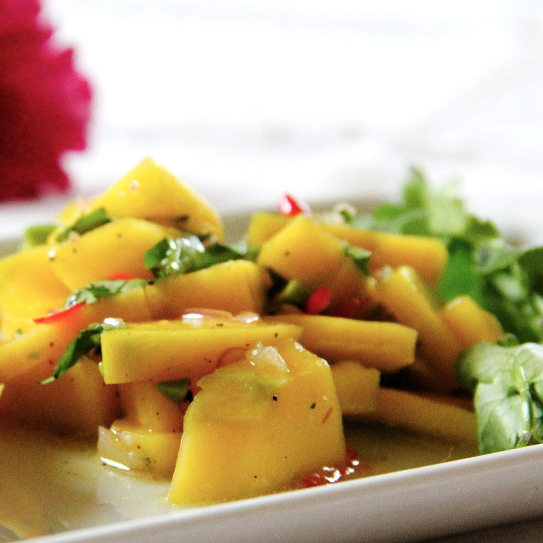 Insalata piccante di mango con basilico e peperoncini freschi