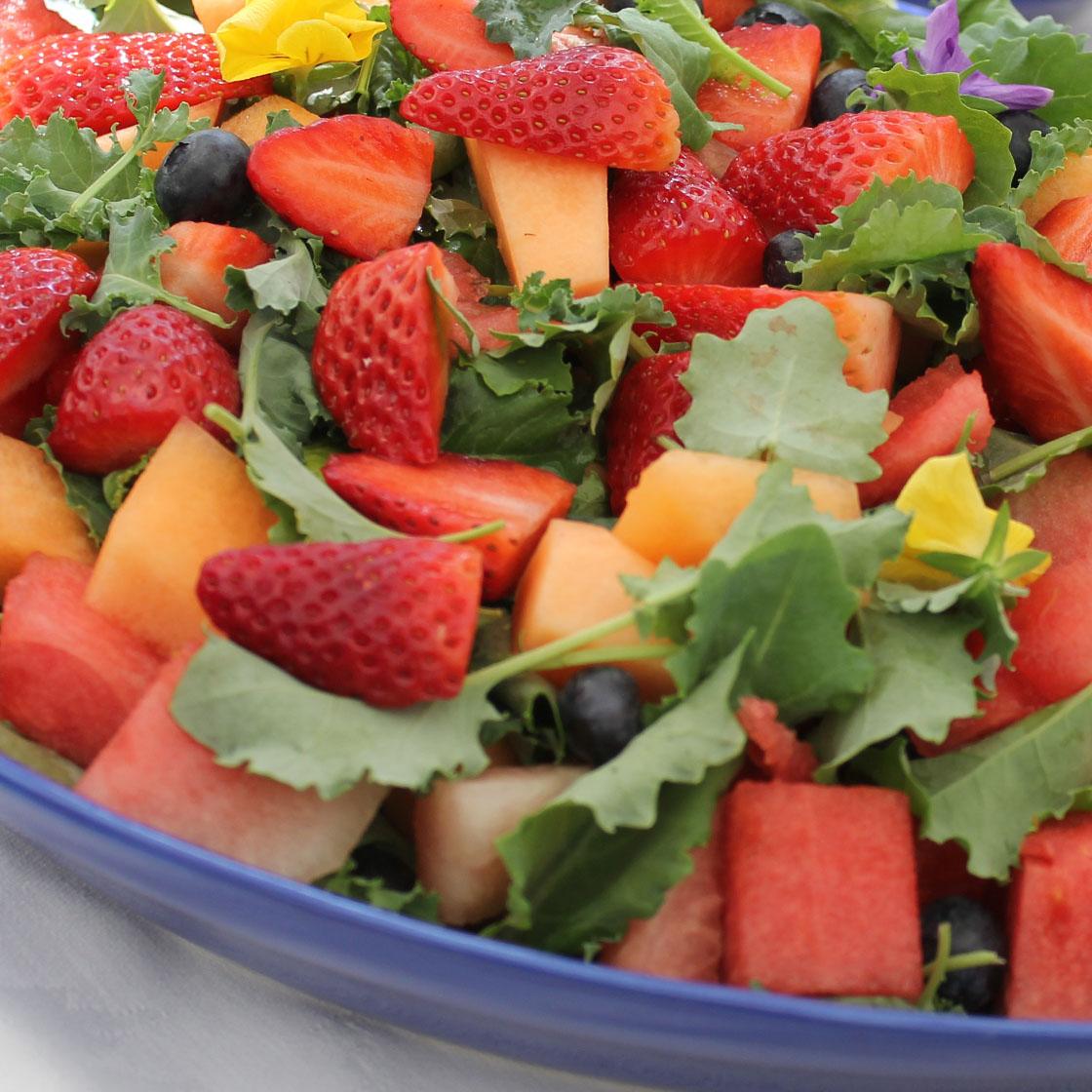 Insalata di fragole, melone, anguria, fiori edibili e rughetta
