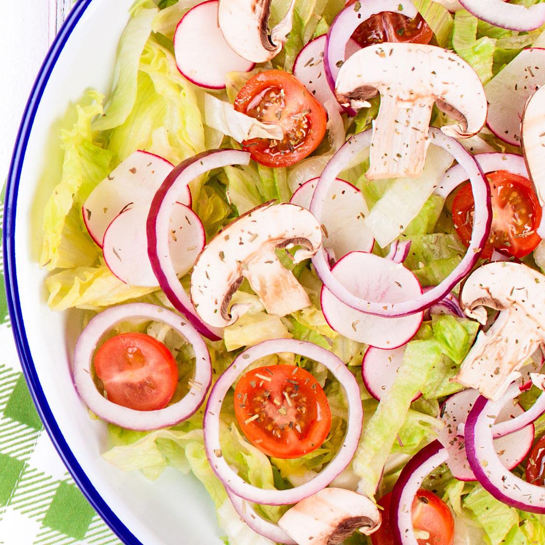 Insalata di lattuga, ravanelli, pomodori, champignon e cipolla