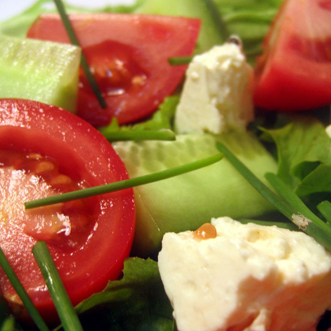 Insalata con pomodori, feta ed erba cipollina