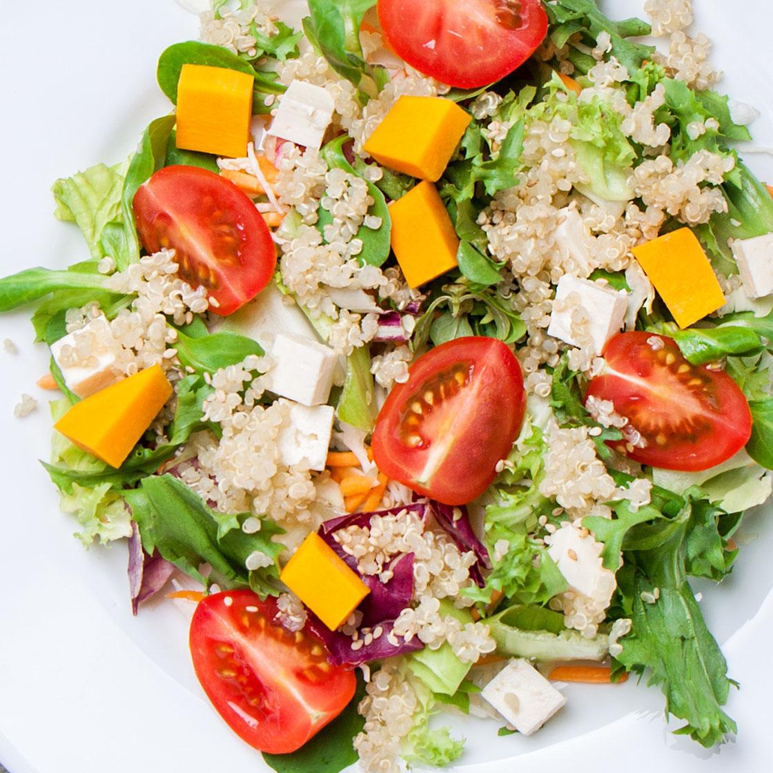 Quinoa con lattuga, zucca, pomodori e feta