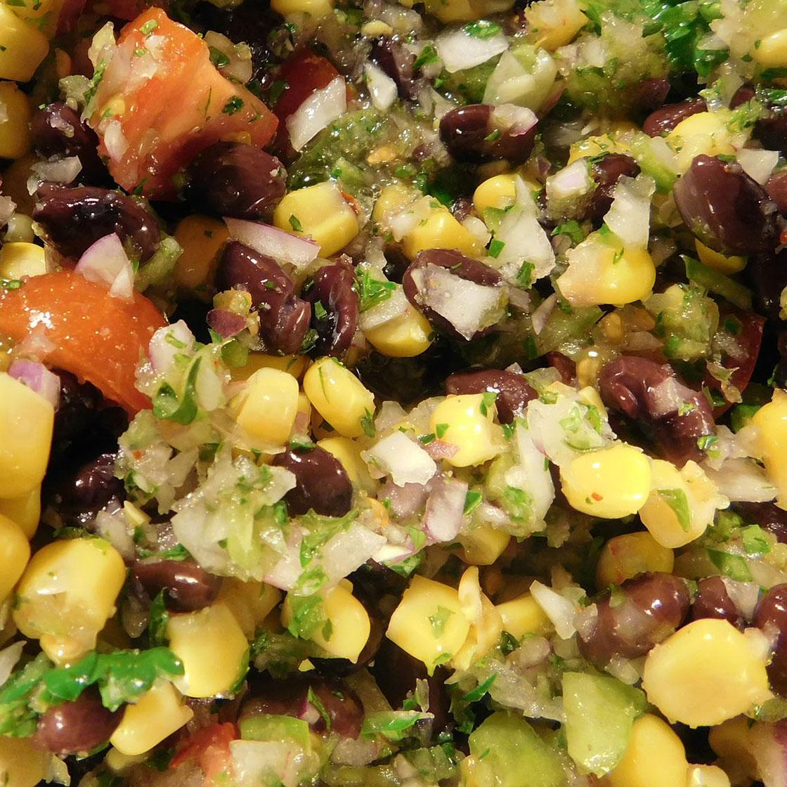 Insalata messicana di fagioli, avocado, pomodori e cipolla