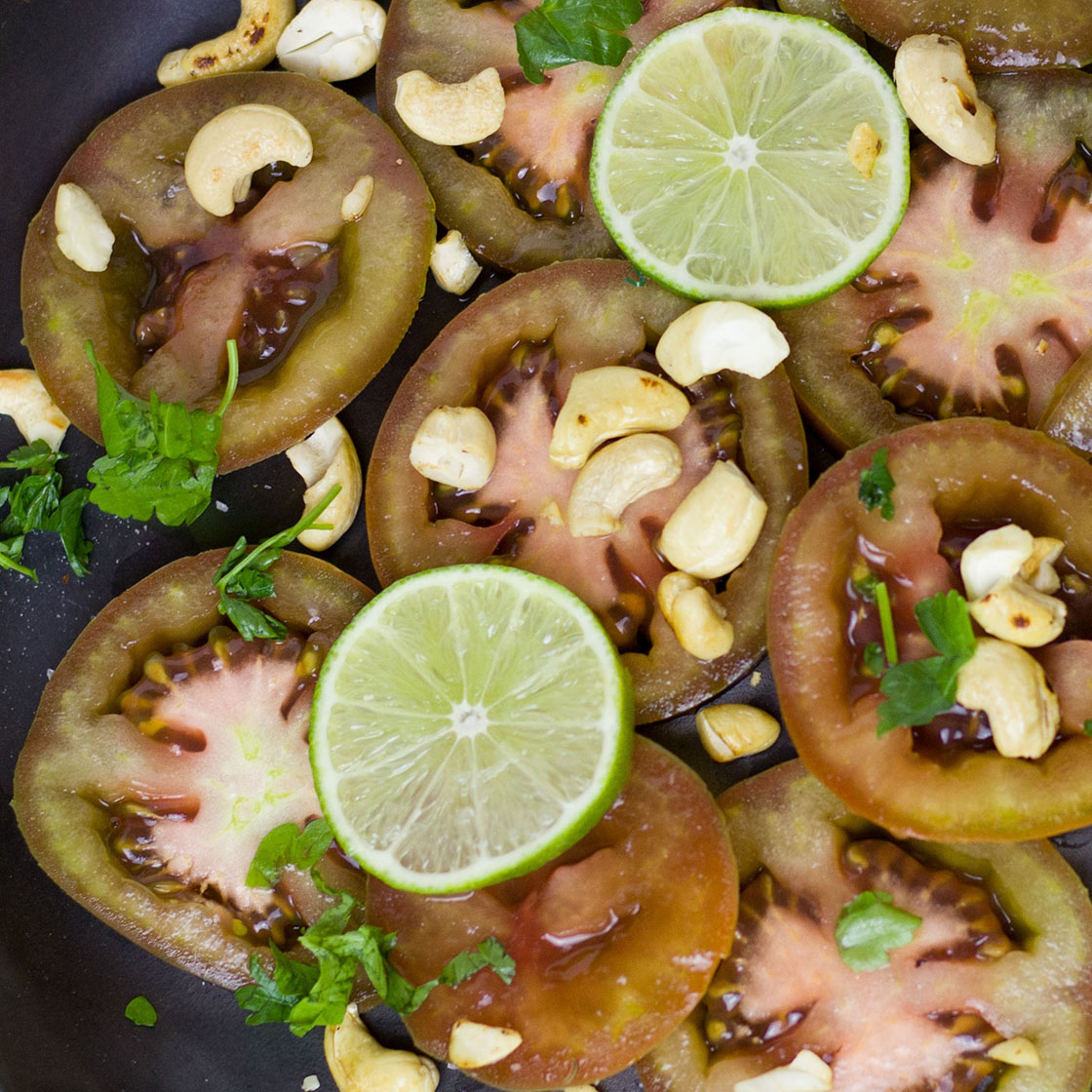 Insalata di pomodori verdi, anacardi e lime