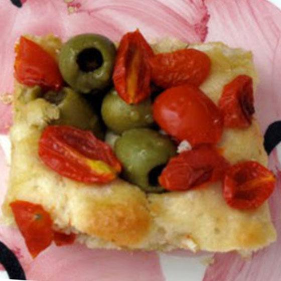 Focaccia olive e pomodorini