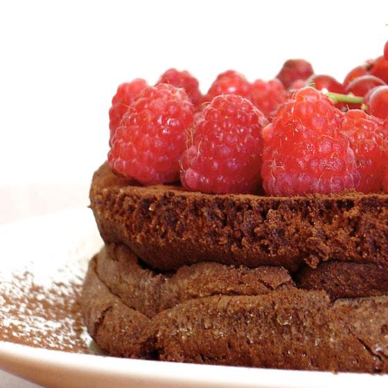 Torta fondente con frutti rossi