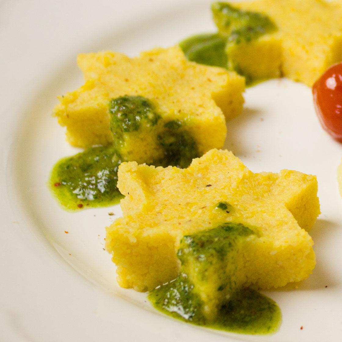 Stelle di polenta alla cipolla con salsa verde
