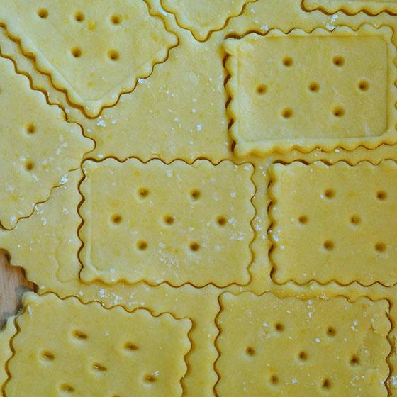 Cracker con formaggio e zafferano