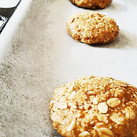 Biscotti di burro d'arachidi e avena (3 ingredienti)